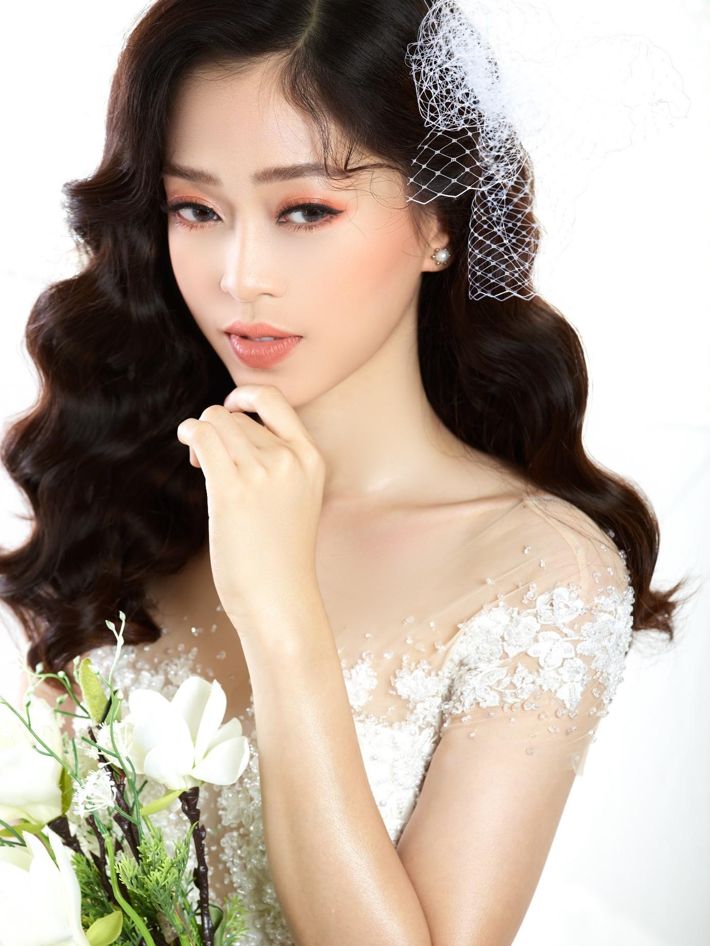 Ngắm Á hậu Bùi Phương Nga đẹp ngẩn ngơ trong BST váy cưới - Ảnh 2.