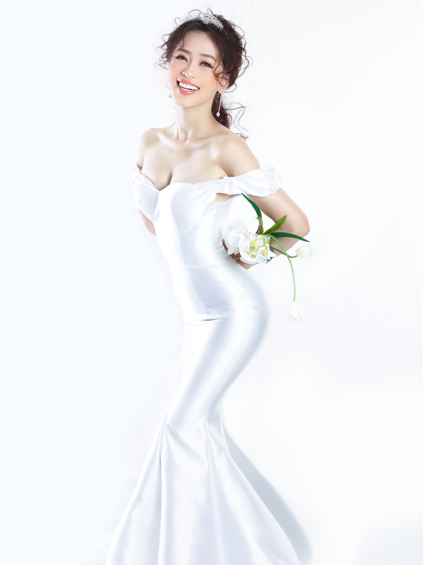 Ngắm Á hậu Bùi Phương Nga đẹp ngẩn ngơ trong BST váy cưới - Ảnh 4.