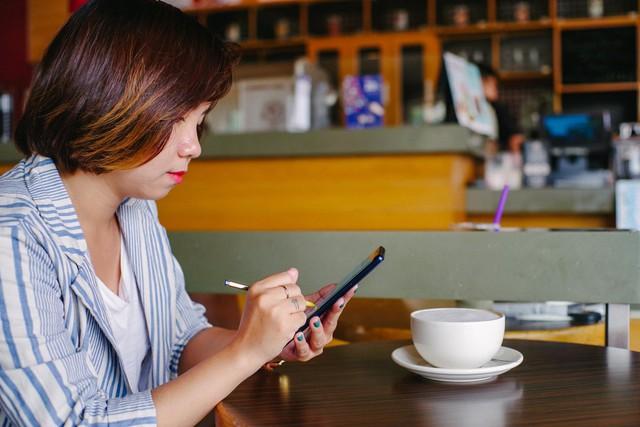 Hãy nhìn cách cô gái này dùng S-Pen, bạn sẽ tin rằng Galaxy Note9 thực sự hữu ích trong công việc - Ảnh 1.