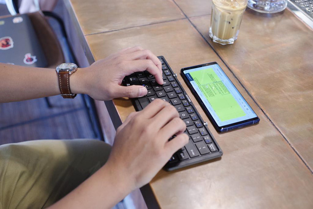 Dám khẳng định người thuộc chủ nghĩa hay xê dịch đều thích dùng smartphone kiểu này - Ảnh 3.