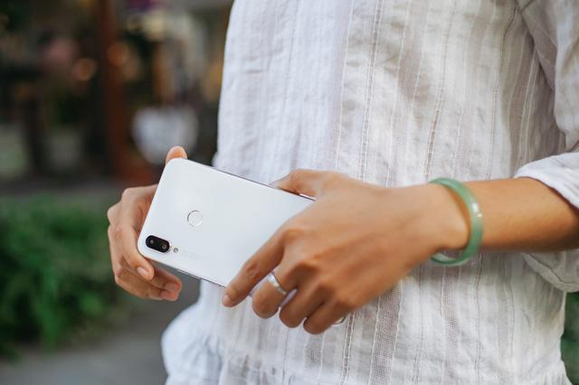 Phải cầm trên tay mới thấy Huawei Nova 3i phiên bản Trắng ngọc trai khác biệt với các smartphone màu trắng khác như thế nào - Ảnh 6.