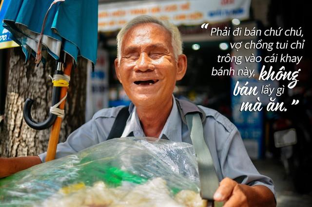 Chuyện tình sâu đậm của ông cụ 70 tuổi mù lòa ở Sài Gòn, 25 năm bán bánh nuôi vợ bệnh tật - Ảnh 1.