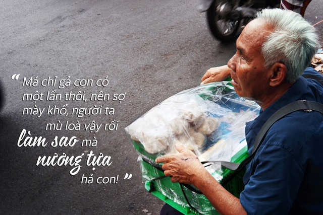 Chuyện tình sâu đậm của ông cụ 70 tuổi mù lòa ở Sài Gòn, 25 năm bán bánh nuôi vợ bệnh tật - Ảnh 2.