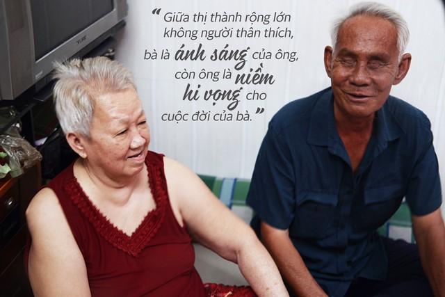 Chuyện tình sâu đậm của ông cụ 70 tuổi mù lòa ở Sài Gòn, 25 năm bán bánh nuôi vợ bệnh tật - Ảnh 3.
