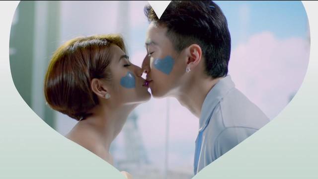 Trời ơi tin được không, giờ thì Karik và Đàm Phương Linh còn hôn môi công khai trong TVC mới nè! - Ảnh 2.