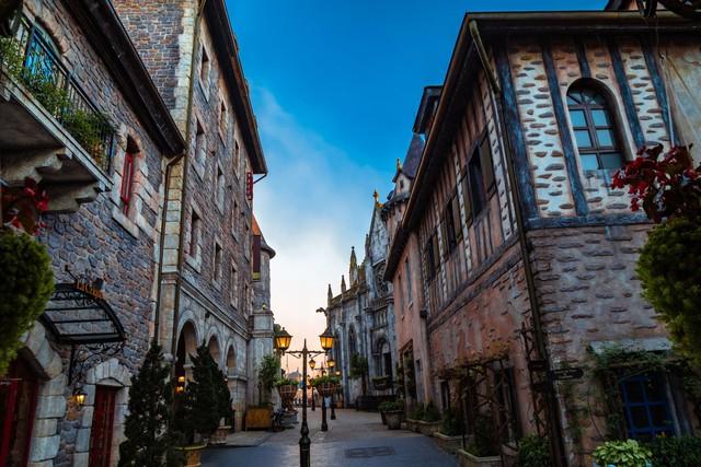 """Ngỡ lạc trôi tới trời Âu tại """"Khách sạn sang trọng hàng đầu châu Á cho kỳ nghỉ trăng mật"""" - Ảnh 1."""