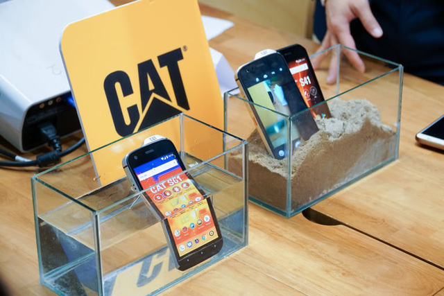 """Cộng đồng YouTuber Việt phát cuồng vì chiếc điện thoại """"ngửi"""" được chất độc hại CAT Phone! - Ảnh 2."""