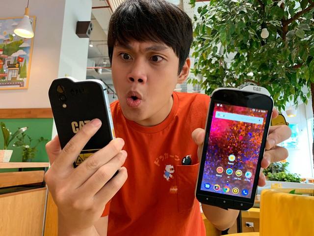 """Cộng đồng YouTuber Việt phát cuồng vì chiếc điện thoại """"ngửi"""" được chất độc hại CAT Phone! - Ảnh 3."""