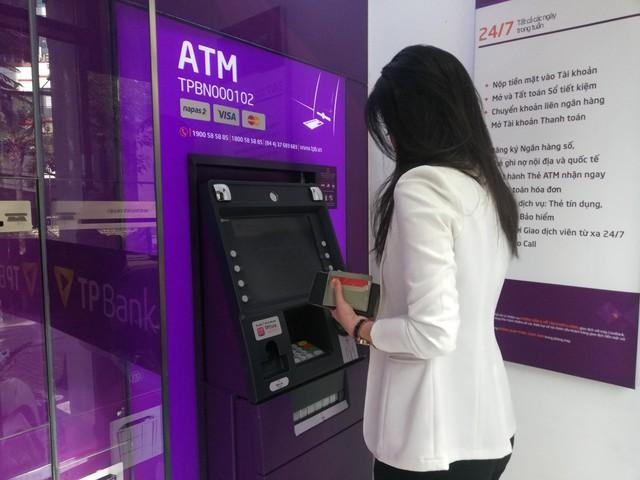 Sớm chuyển đổi sang thẻ chip để giảm mối lo mất tiền - Ảnh 1.