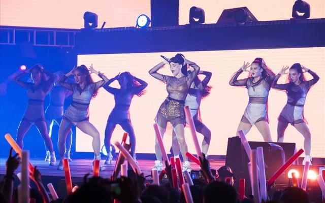 """Chẳng cần sao ngoại """"lung linh"""", FWD Music Fest vẫn hút fans - Ảnh 3."""