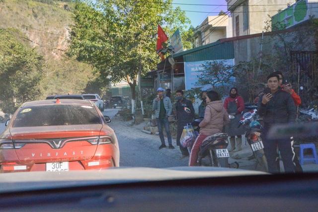 Người dân Hà Giang đầy phấn khích khi lần đầu thấy, chạm và ngồi thử xe VinFast - Ảnh 1.