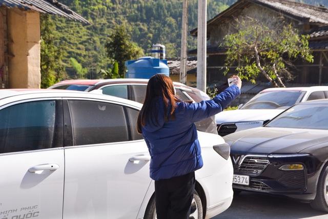 Người dân Hà Giang đầy phấn khích khi lần đầu thấy, chạm và ngồi thử xe VinFast - Ảnh 2.