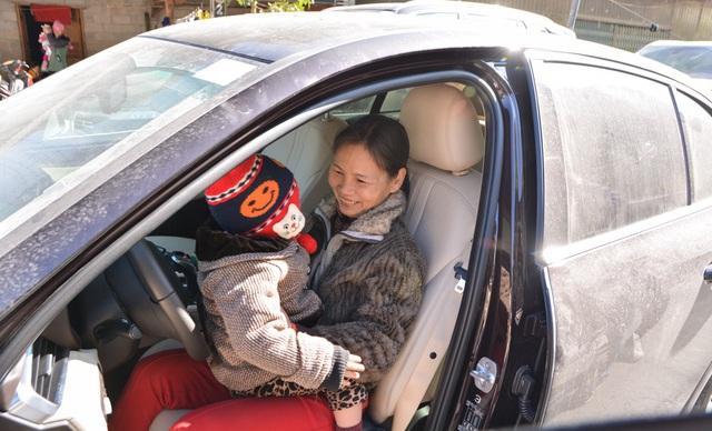 Người dân Hà Giang đầy phấn khích khi lần đầu thấy, chạm và ngồi thử xe VinFast - Ảnh 3.