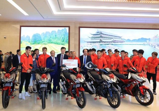 Tuyển Quốc gia nữ và tuyển U22 Việt Nam được nhà tài trợ chính trao tặng món quà trị giá 3 tỷ đồng - Ảnh 2.