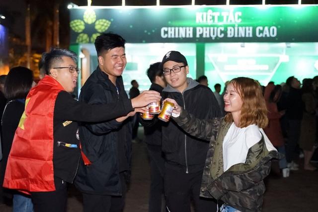 """Hàng ngàn du khách tham dự Lễ hội Bia Hà Nội 2019 """"cháy"""" hết mình cùng đội tuyển U22 Việt Nam - Ảnh 1."""