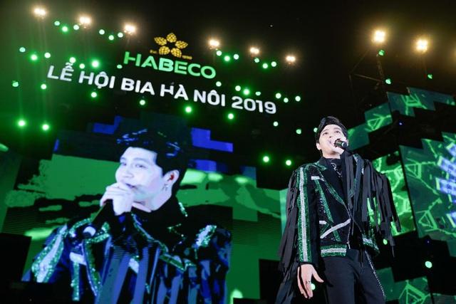 """Hàng ngàn du khách tham dự Lễ hội Bia Hà Nội 2019 """"cháy"""" hết mình cùng đội tuyển U22 Việt Nam - Ảnh 3."""