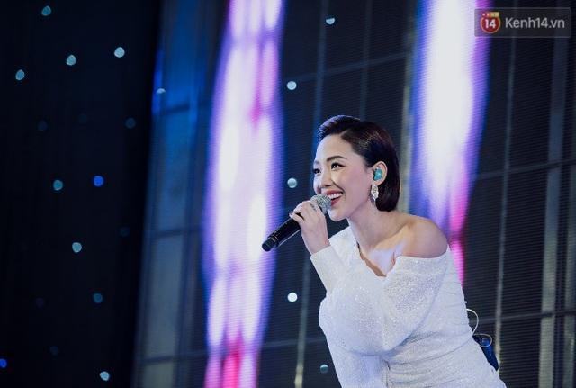 """Tóc Tiên và Bùi Anh Tuấn """"quẩy banh nóc"""" cùng hàng nghìn khán giả trong sự kiện âm nhạc cuối tuần - ảnh 1"""