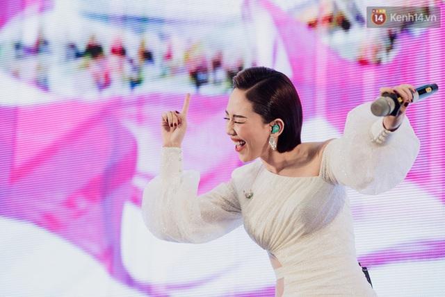 """Tóc Tiên và Bùi Anh Tuấn """"quẩy banh nóc"""" cùng hàng nghìn khán giả trong sự kiện âm nhạc cuối tuần - ảnh 4"""