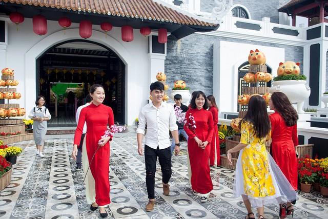 Du khách thích thú với phong cách hội xuân độc lạ ở Sun World Danang Wonders - Ảnh 9.