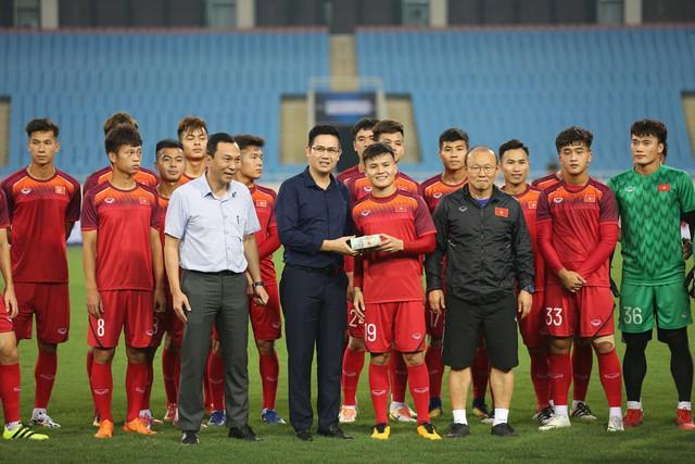 Tập thể U23 Việt Nam vui mừng khi bất ngờ nhận 500 triệu từ Bầu Tam.