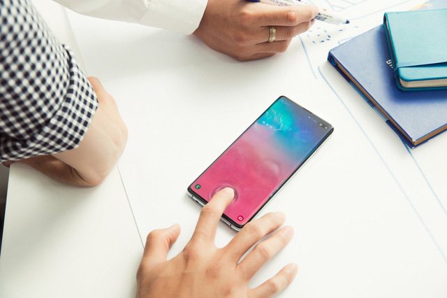 Đây là lý do nhiều người dùng chọn mua Galaxy S10 vì một linh kiện nhỏ nhưng quan trọng hàng đầu ở dưới màn hình - Ảnh 1.