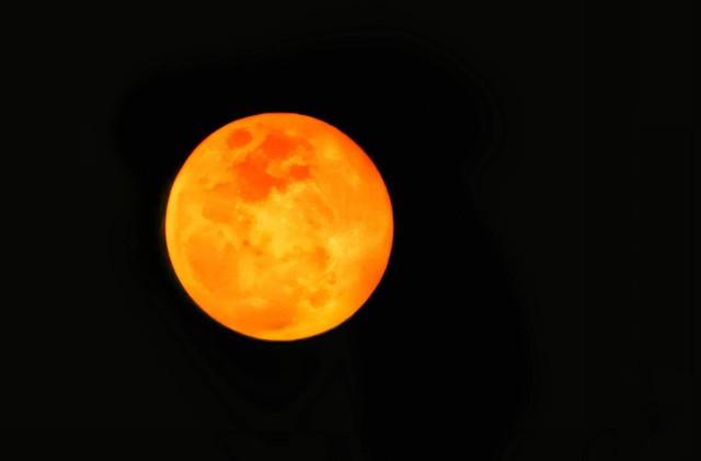 Thử thách chụp ảnh Mặt Trăng bằng điện thoại gây bão cộng đồng mạng - Ảnh 1.