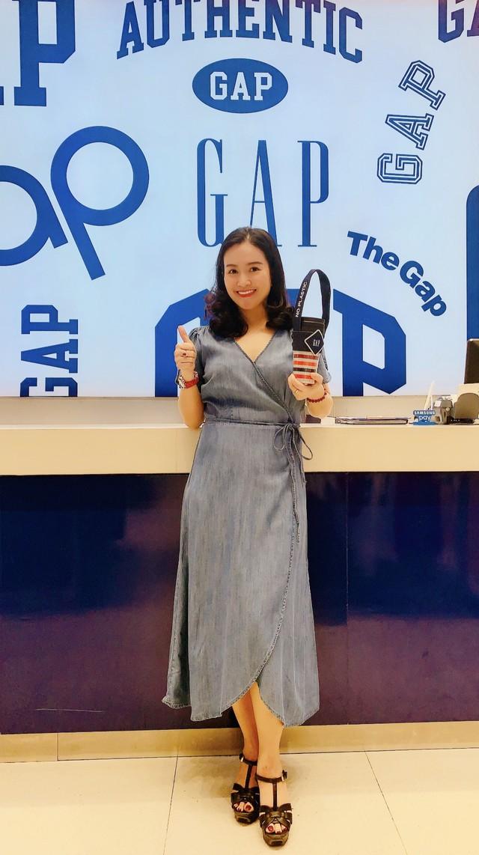 Cùng GAP giảm rác thải nhựa với quai xách ly cà phê bằng denim - Ảnh 2.