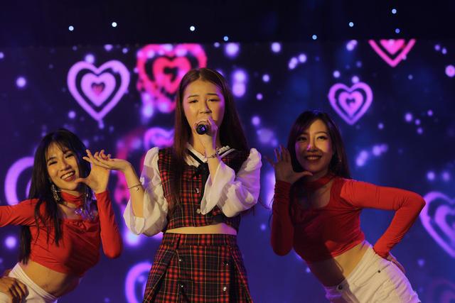 Giới trẻ Hà Nội mãn nhãn với đêm đại nhạc hội khai màn Phố Hàng Nóng - Ảnh 2.