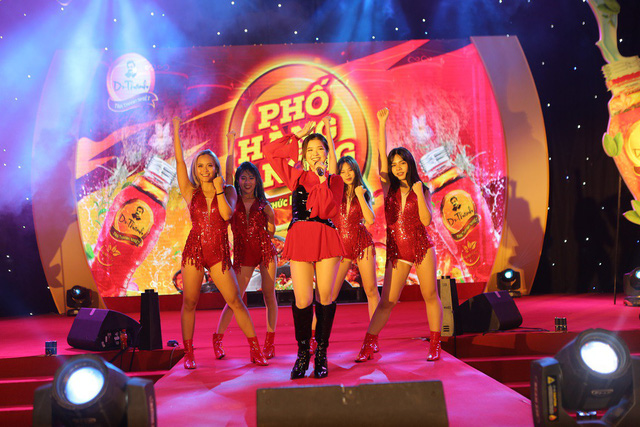 Giới trẻ Hà Nội mãn nhãn với đêm đại nhạc hội khai màn Phố Hàng Nóng - Ảnh 6.