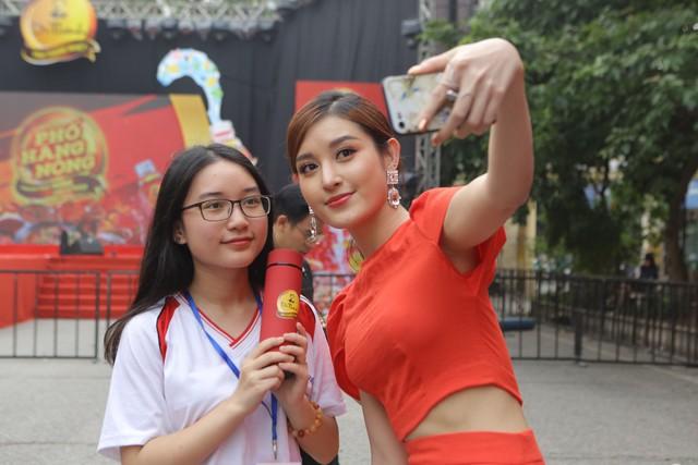 Giới trẻ Hà Nội mãn nhãn với đêm đại nhạc hội khai màn Phố Hàng Nóng - Ảnh 9.