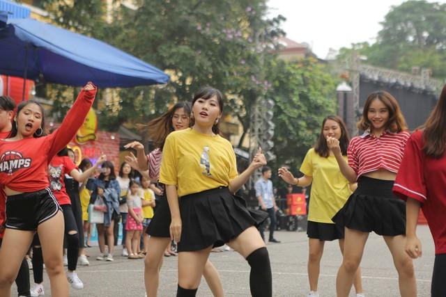 Giới trẻ Hà Nội mãn nhãn với đêm đại nhạc hội khai màn Phố Hàng Nóng - Ảnh 1.