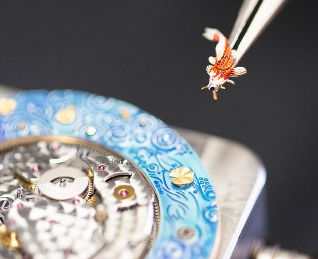 Jaquet Droz đưa bức hoạ động đầm sen, cá Koi và chuồn chuồn lên đồng hồ Magic Lotus Automaton - Ảnh 2.