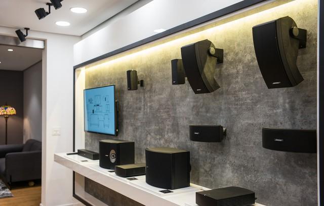 Khách hàng thích thú trải nghiệm tại Bose Store Tràng Thi trong ngày khai trương - Ảnh 1.