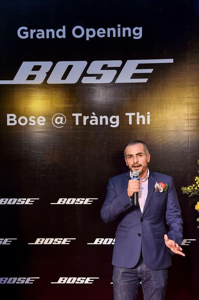 Khách hàng thích thú trải nghiệm tại Bose Store Tràng Thi trong ngày khai trương - Ảnh 2.