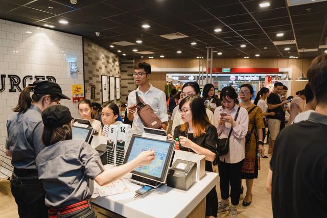 Tưng bừng khai trương nhà hàng McDonalds thứ ba tại Hà Nội - Vincom Trần Duy Hưng - Ảnh 1.