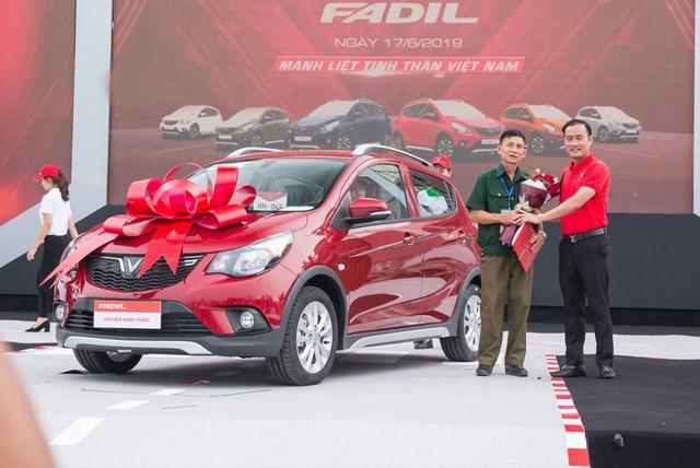 Nhận xe VinFast Fadil: Người lặn lội hàng trăm km lên Hà Nội, người mua luôn 4 chiếc - Ảnh 2.