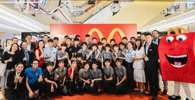 Tưng bừng khai trương nhà hàng McDonalds thứ ba tại Hà Nội - Vincom Trần Duy Hưng - Ảnh 2.