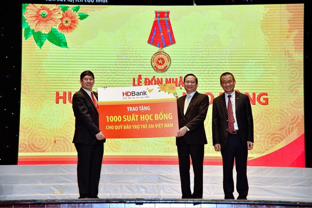HDBank trao tặng 1.1 tỷ đồng cho Quỹ Bảo trợ trẻ em Việt Nam - Ảnh 1.