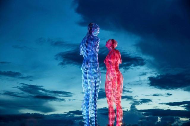 Bức tượng tình nhân nổi tiếng thế giới xuất hiện tại Việt Nam - Ảnh 1.