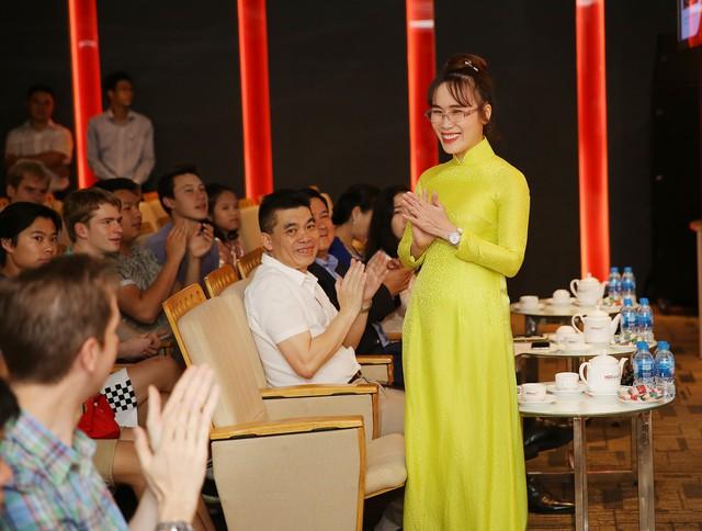 Nữ tỷ phú Việt và cuộc trò chuyện cùng đoàn học sinh trường hoàng gia thế giới - Ảnh 1.