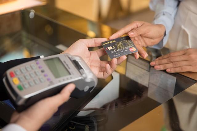 Cùng đón siêu lốc ưu đãi từ thẻ tín dụng Nam A Bank - Ảnh 2.