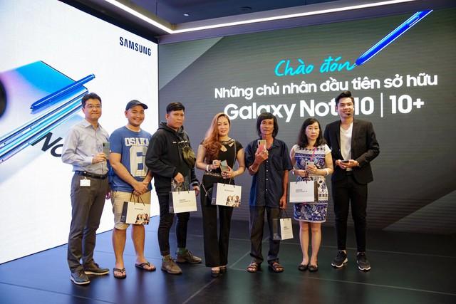 Cứ ngỡ Liên Bỉnh Phát xếp hàng mua Note10 ngày mở bán cho cô gái nào, đám đông bất ngờ nhận ra cô gái ấy là BB Trần - ảnh 4