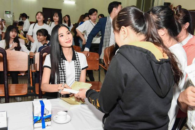 Các người đẹp hoa hậu mở đầu hành trình tặng sách đến Đồng bằng Sông Cửu Long - Ảnh 1.