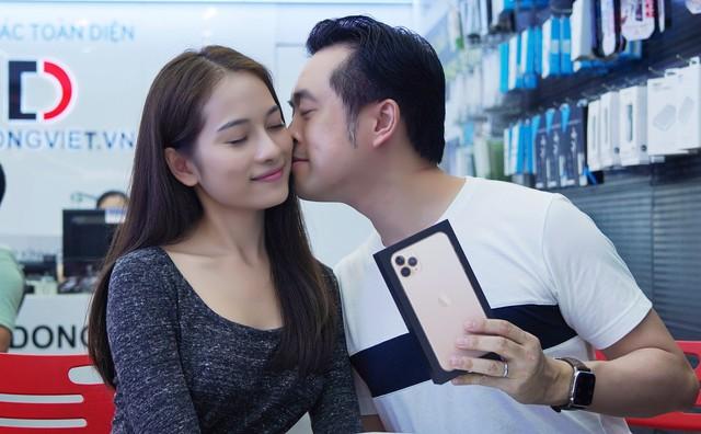 """Sara Lưu """"chơi lớn"""" tặng nhạc sĩ Dương Khắc Linh iPhone 11 Pro Max trị giá 79 triệu đồng nhưng chỉ được ngắm - Ảnh 3."""