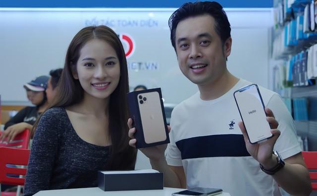 """Sara Lưu """"chơi lớn"""" tặng nhạc sĩ Dương Khắc Linh iPhone 11 Pro Max trị giá 79 triệu đồng nhưng chỉ được ngắm - Ảnh 4."""