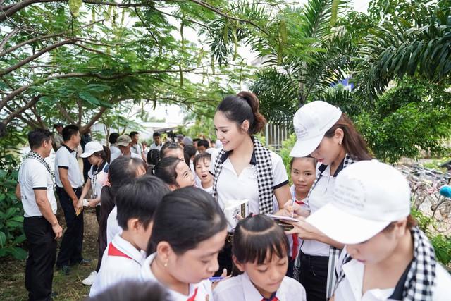 """Hoa hậu Hương Giang: """"Người có chí cả vĩ đại mới tặng sách quý cho mọi người"""" - Ảnh 2."""