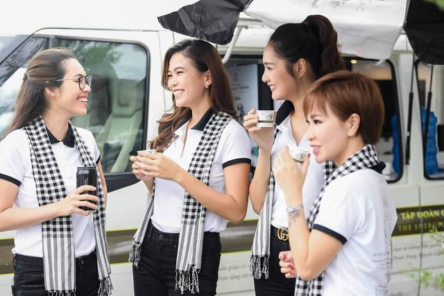 """Hoa hậu Hương Giang: """"Người có chí cả vĩ đại mới tặng sách quý cho mọi người"""" - Ảnh 3."""