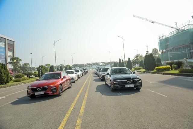 Màn diễu hành ấn tượng của dàn xe VinFast Lux tại Hà Nội - Ảnh 2.