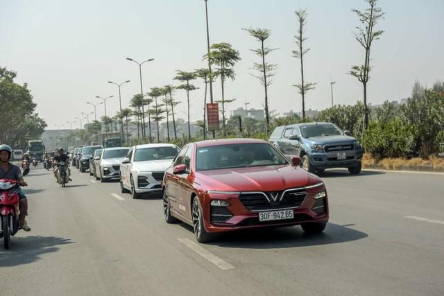 Màn diễu hành ấn tượng của dàn xe VinFast Lux tại Hà Nội - Ảnh 3.