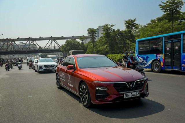 Màn diễu hành ấn tượng của dàn xe VinFast Lux tại Hà Nội - Ảnh 4.